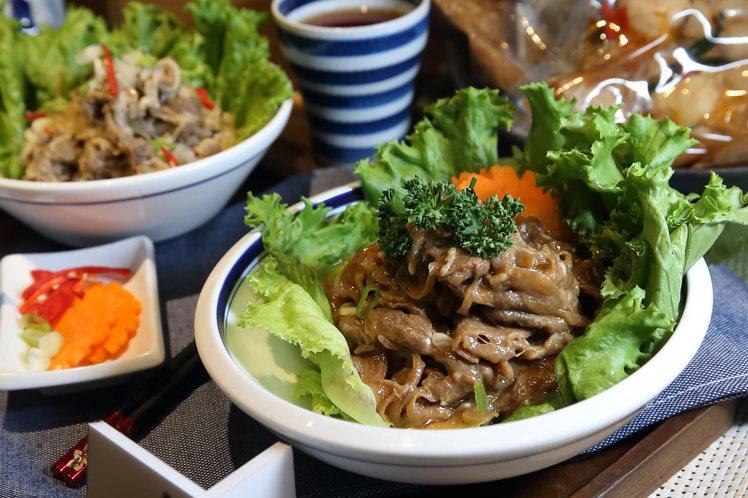 黑面蔡×滷春秋推出京醬燒肉、杏鮑菇三杯雞套餐等菜色。記者陳睿中/攝影