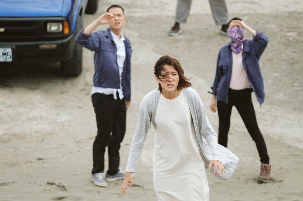 石知田(左起)、林意箴、連俞涵被風沙吹得睜不開雙眼。圖/公視提供