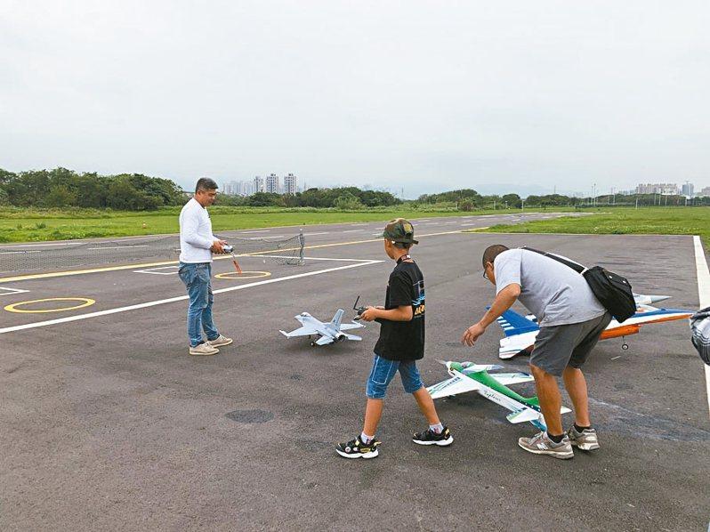 新北市新莊西盛遙控飛機場是機迷的夢幻之地,平日就有20位以上玩家來飛,各式機型相當炫目。 記者魏翊庭/攝影