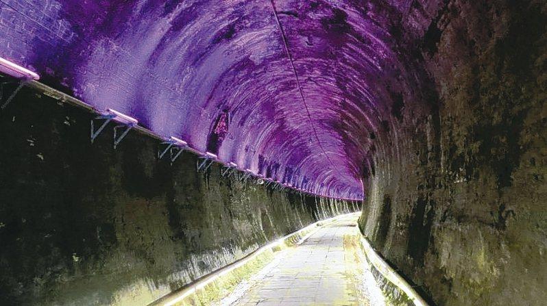 苗栗市功維敘隧道有百年以上歷史,七彩LED燈夢幻成了亮點。 記者范榮達/攝影