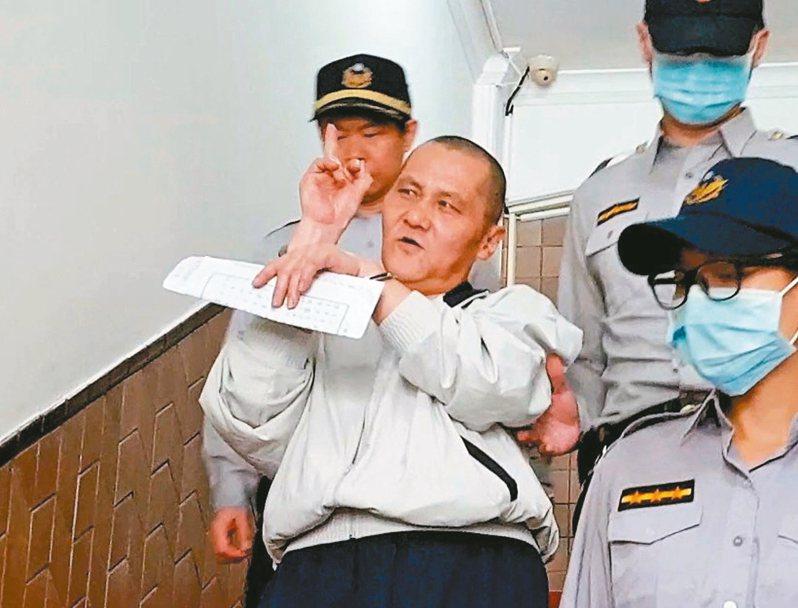 翁仁賢(前左)縱火燒死父母等六人,去年被法院判處死刑定讞。 圖/聯合報系資料照片