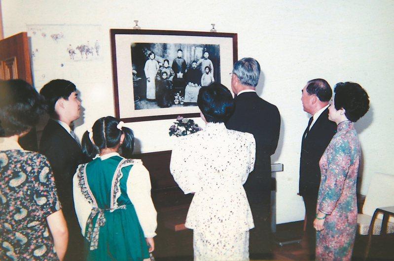 郝柏村書房陳列照片唯一一張與前總統李登輝同框,卻是背面 。 記者林俊良/翻攝