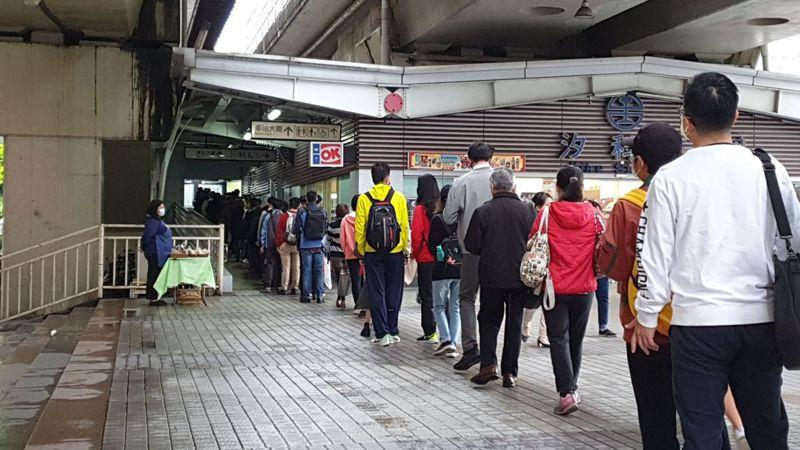 汐科火車站北站進站人數眾多,排隊量體溫人潮看不到盡頭。 記者胡瑞玲/攝影