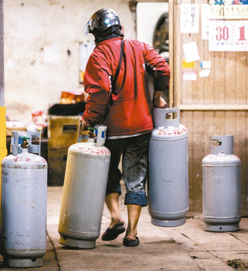 中油宣布,自明(2)日凌晨零時起,6月份家庭用液化石油氣(桶裝瓦斯)價格不予調整。 圖/聯合報系資料照片