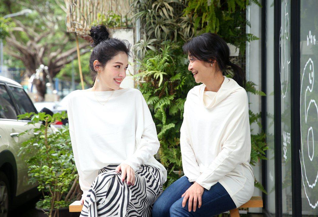 許瑋甯(左)與姚坤君(右)演出舞台劇「我的大老婆」。 記者余承翰/攝影