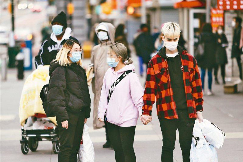 紐約市數據顯示,約五分之一新冠肺炎住院患者年齡低於44歲。圖為戴口罩的紐約市路人。 美聯社