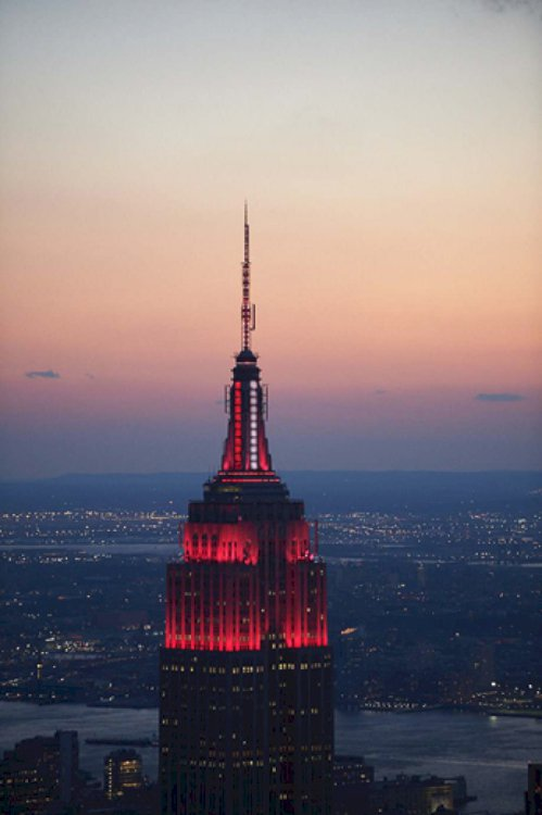 帝國大廈亮起旋轉紅白「救護燈」致敬一線醫護。(帝國大廈提供)