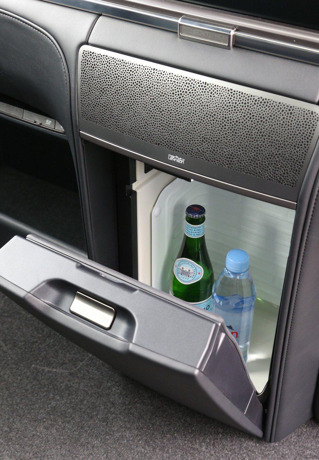 大螢幕下方還有容量達14公升的獨立冷藏櫃。 記者陳立凱/攝影