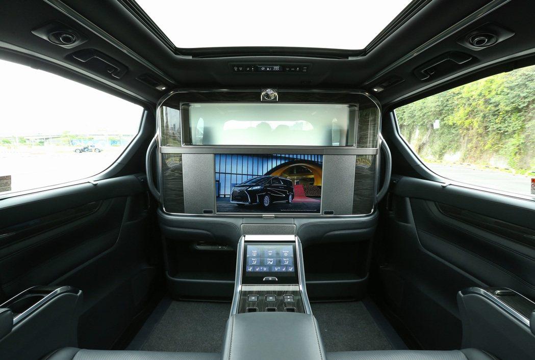 除了乘坐舒適度外,LM也為後座尊榮乘客提供豐富的視聽娛樂享受。 記者陳立凱/攝影