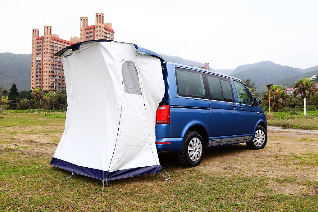 新年式福斯商旅T6 Freestyle車尾新增收納式敞篷,可用來休息、更衣、梳化...
