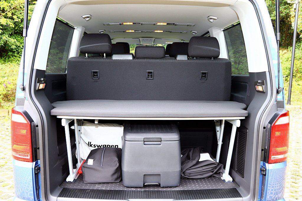 福斯商旅T6 Freestyle尾廂標配多功能摺疊板,可以讓Model、新娘放置...