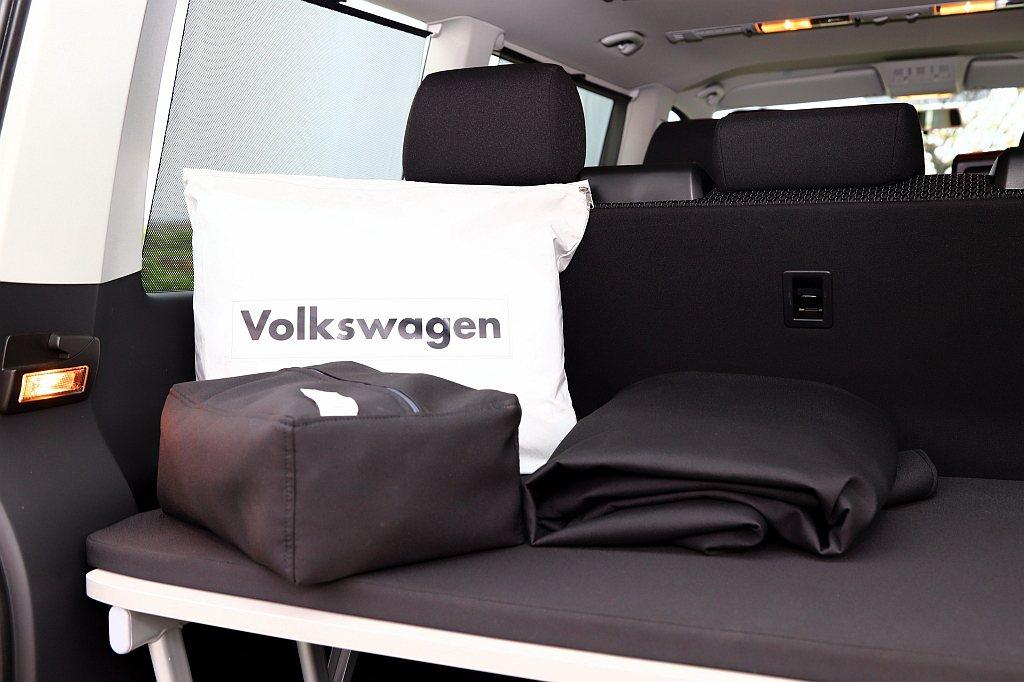 新年式福斯商旅T6 Freestyle標配「晚安套件組」,內容包括全車車窗遮陽簾...