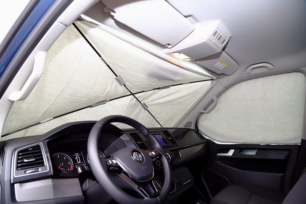 車窗遮陽簾除了雙前座、尾門採磁吸式外,前擋需要搭配支撐桿與多次調整角度才能擺放到...