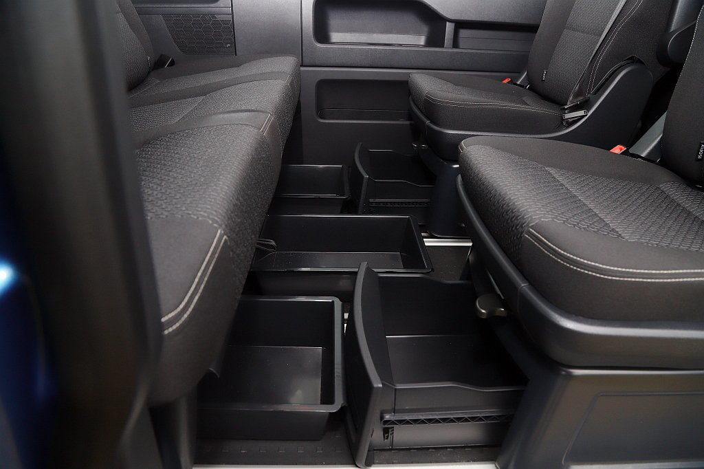 福斯商旅T6 Freestyle第二排採雙獨立座椅、第三排為三人乘坐佈局且下方全...