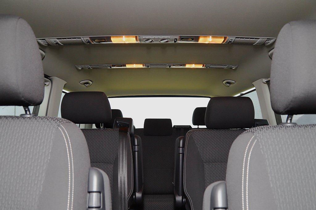福斯商旅T6 Freestyle比較著重於日常使用性與人員承載能力,車內共能乘載...