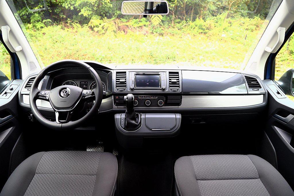 福斯商旅T6 Freestyle標配真皮包覆方向盤、排檔頭以及Compositi...