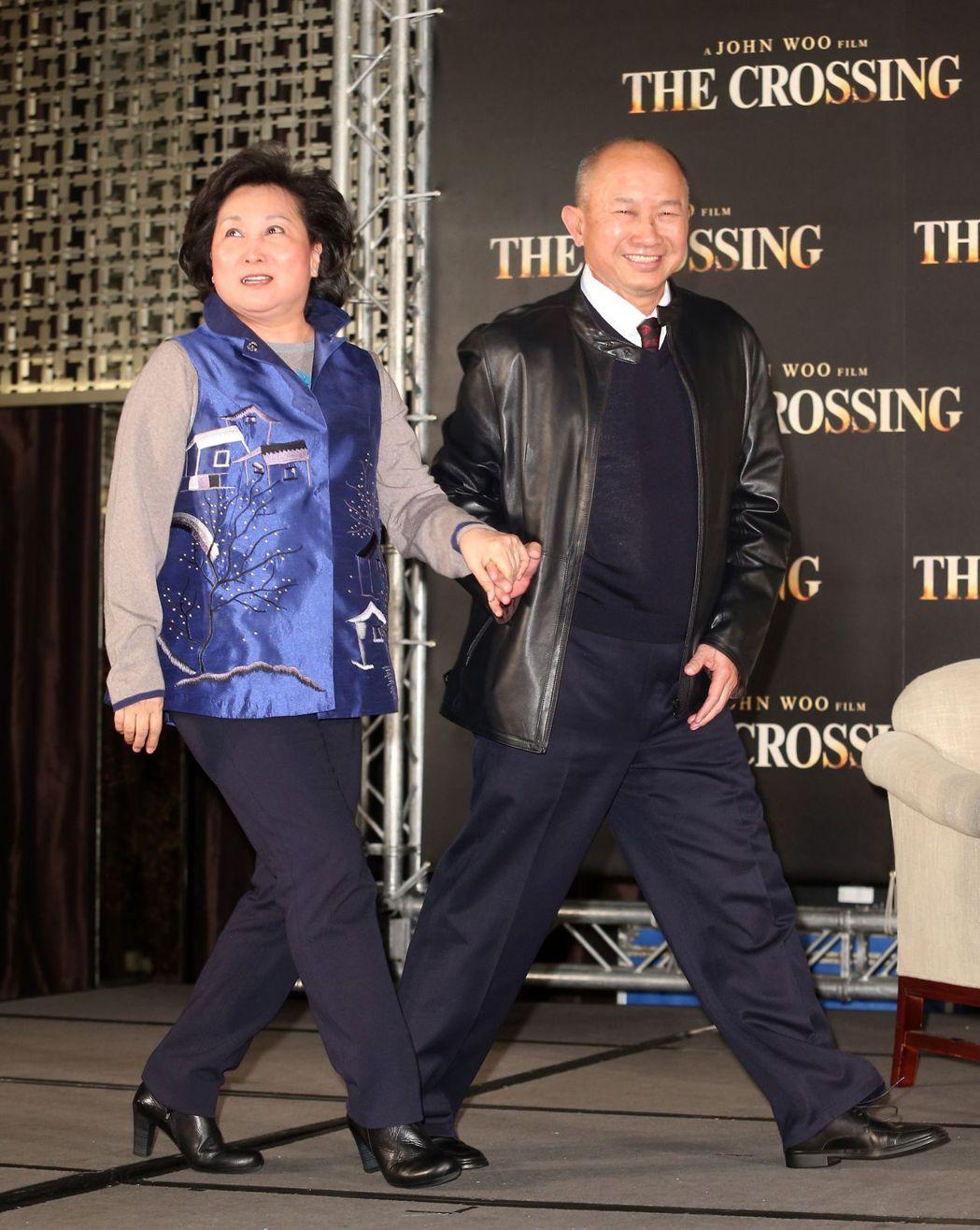 導演吳宇森(右)曾說私下有點怕老婆牛春龍。本報資料照片