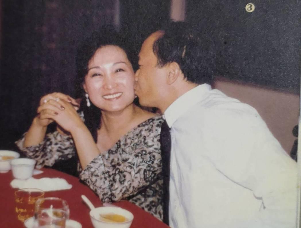 吳宇森夫妻在香港時期與朋友聚餐留影。圖/倪有純提供