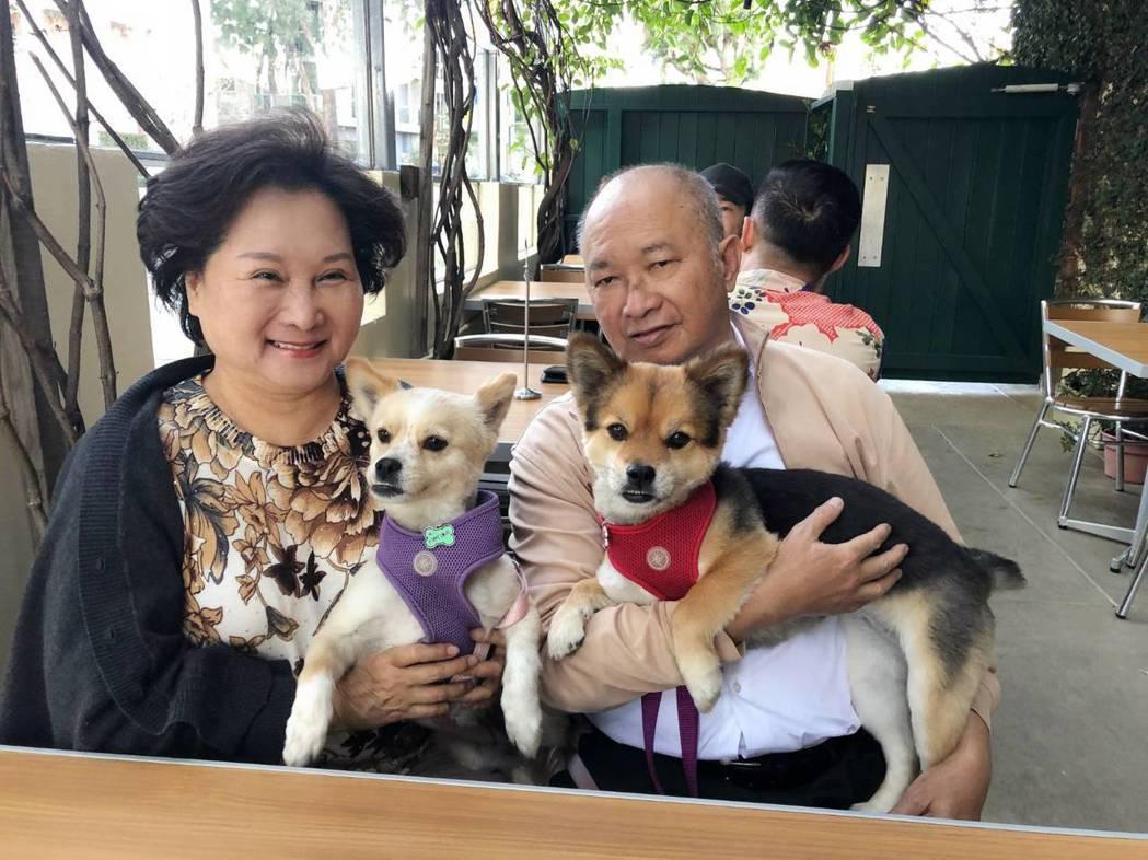 吳宇森夫妻和愛犬黑豆(右)、三寶合影,兩隻狗是他們的最愛。圖/倪有純提供