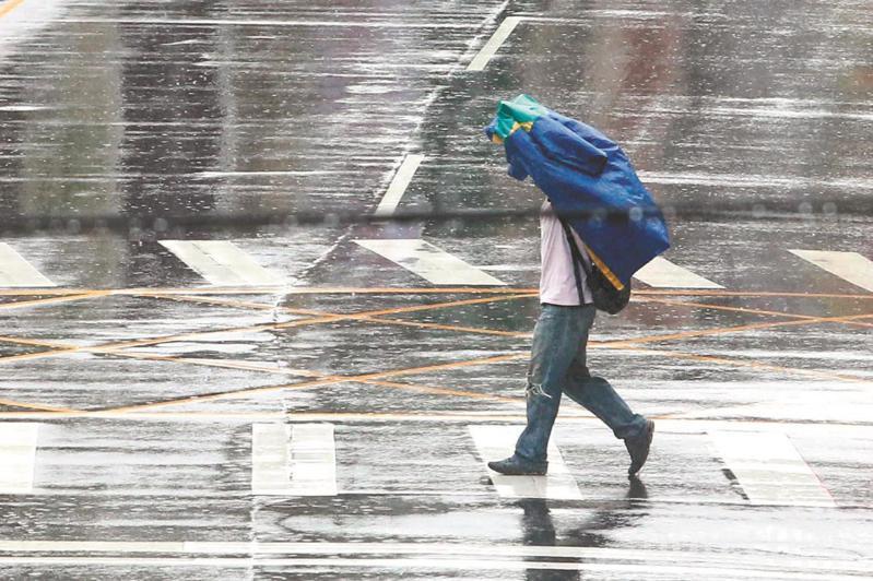 今天東北風影響,北台灣濕涼;中部以北、東半部有局部短暫陣雨。本報資料照片