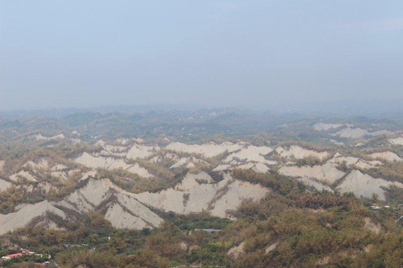 在308高地可鳥瞰整個草山月世界。記者張雅婷/攝影