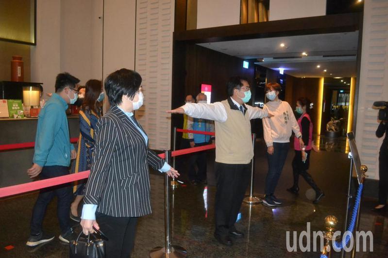 台南市長黃偉哲今天到晶英酒店關心防疫情形,比出社交間距。記者鄭惠仁/攝影