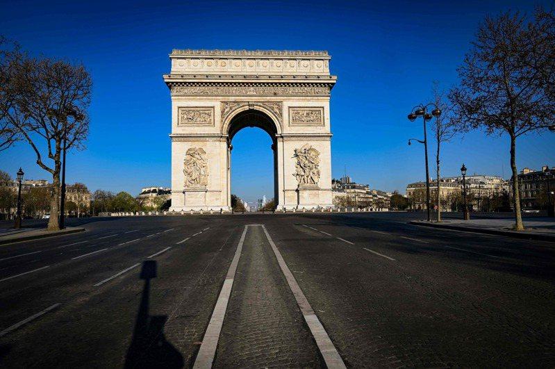 法國規定居家避疫,巴黎凱旋門1日不見人車蹤影。法新社