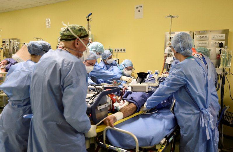 專家警告,部分新冠肺炎患者有比發燒咳嗽更早出現的腦損傷現象,醫護人員面對病患應小心採取防護措施。圖為義大利醫院加護病房搶救新冠肺炎患者。路透