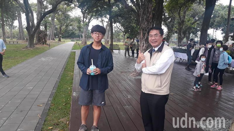 黃偉哲幫忙促銷水道博物館風景區冰沙。記者周宗禎/攝影