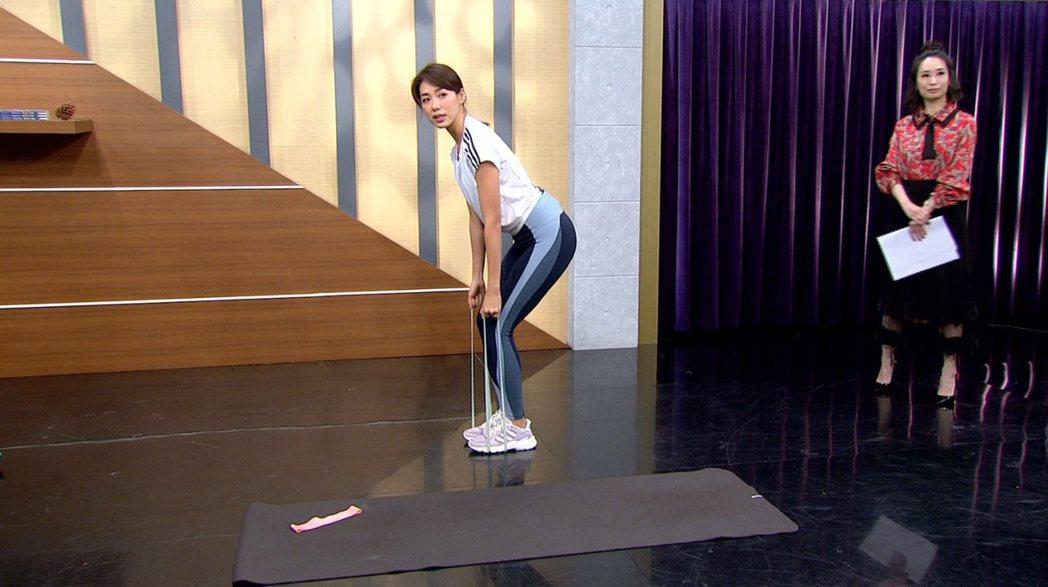 林可彤示範三招居家健身操。圖/年代提供