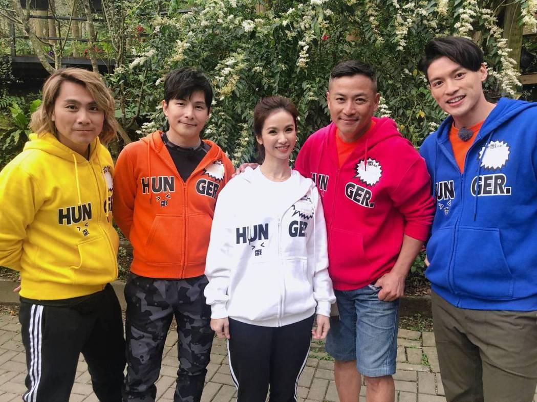 江宏恩(右二)瘦了一圈上節目,鏡頭前顯得清爽。圖/中視提供