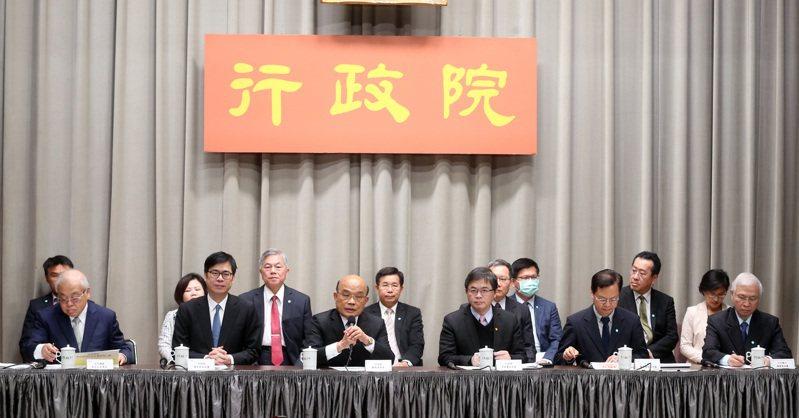 行政院長蘇貞昌今親自率領各部會首長舉行記者會說明第二波紓困方案,除了交通部長林佳龍,大家都沒有戴口罩。 記者曾吉松/攝影
