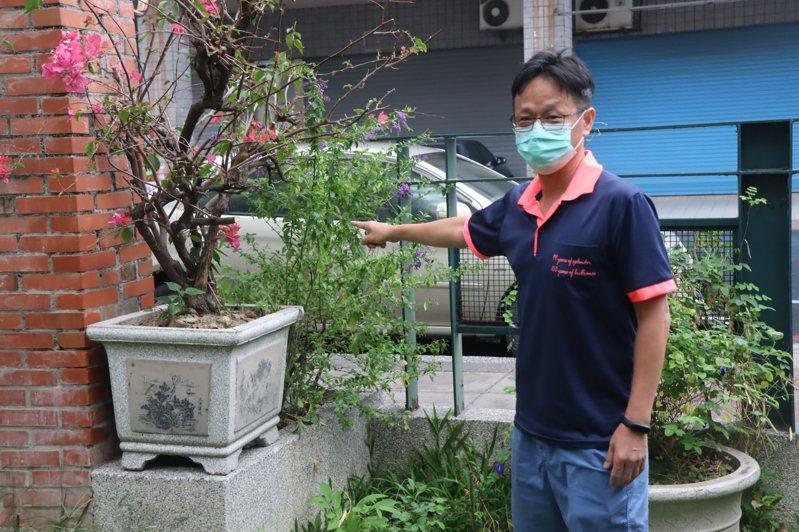 中庄國小校長陳逸隆表示,將民眾可輕鬆侵入的校園一隅,搬上重達百公斤的盆栽阻擋,請民眾防疫期間不要進入校園。圖/中庄國小提供