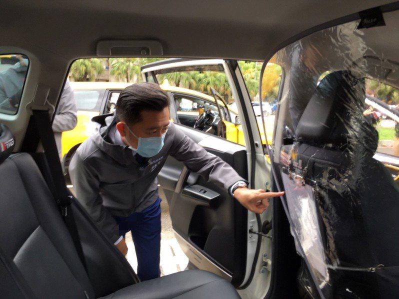 新竹市政府近期成立防疫計程車隊,於1日升級加裝隔板,專門接送居家檢疫或隔離者,市長林智堅關心車隊運作及防疫措施。圖/新竹市政府提供