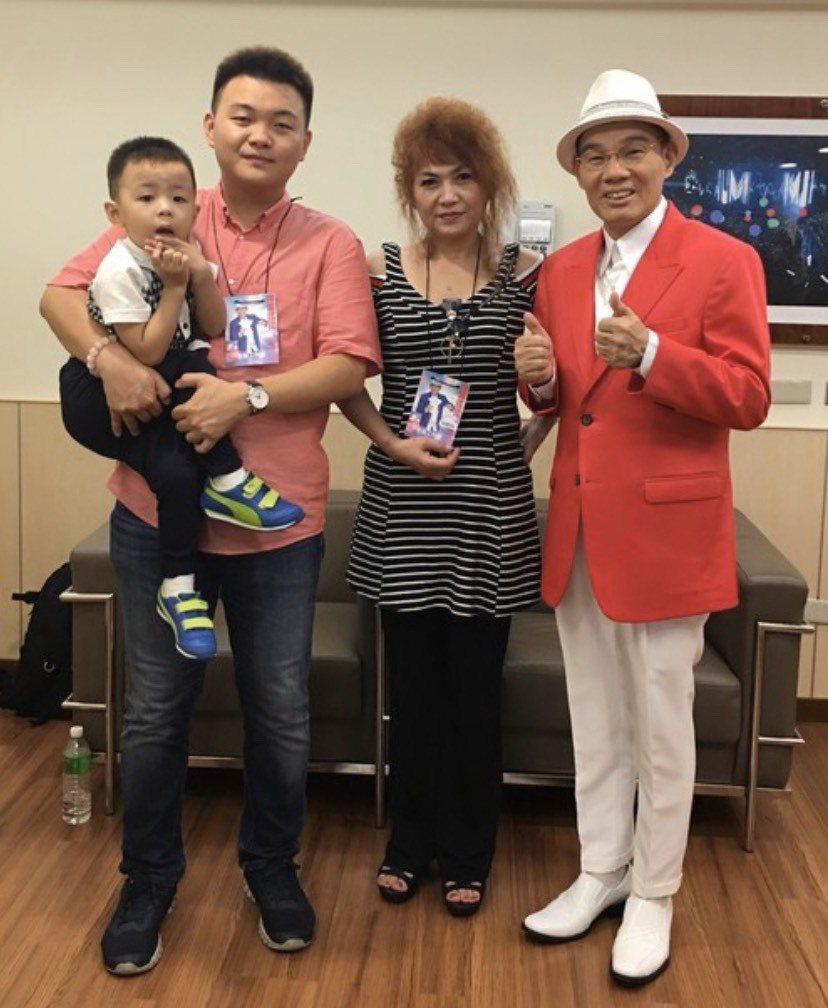 陳雷(右起)前年攻蛋開唱,老婆、兒子、孫子都到場支持。圖/摘自臉書