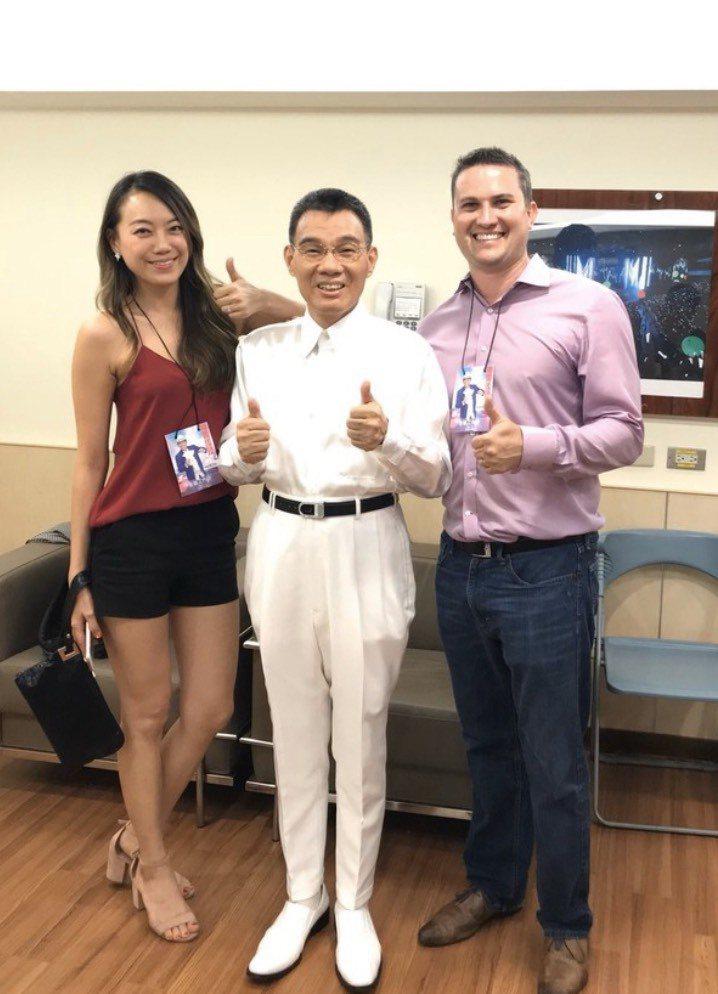 陳雷(中)很關心嫁到美國的女兒(左),右為女婿。圖/摘自臉書