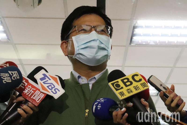 交通部長林佳龍表示,戴口罩就能降低風險,就用高標準來自我要求。記者胡瑞玲/攝影