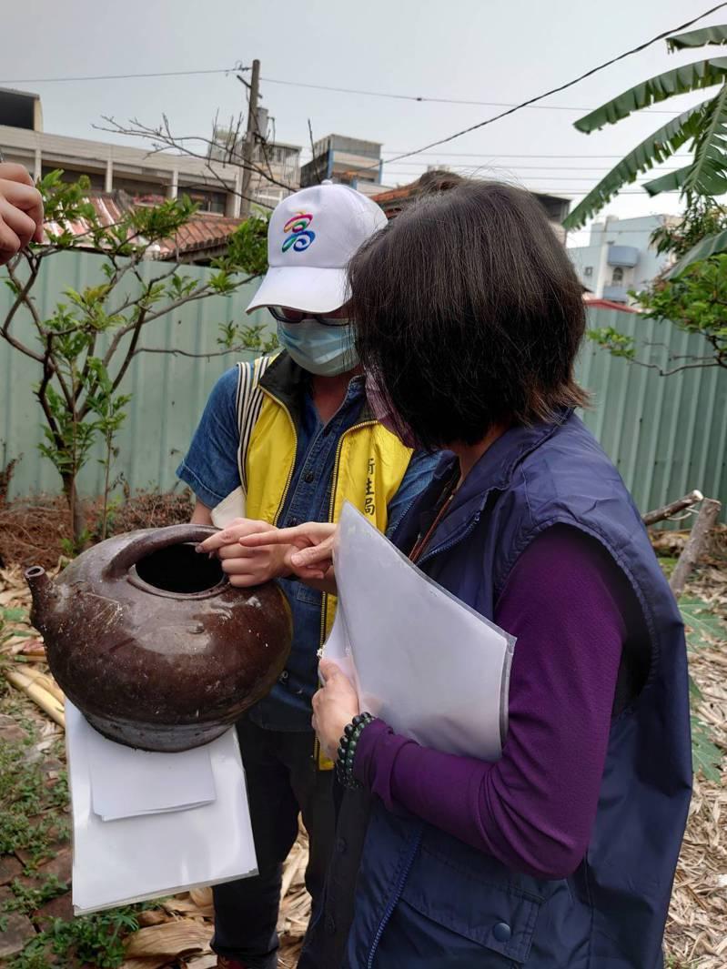 防疫團隊到鳳山區進行環境稽查,發現積水容器孳生斑蚊幼蟲。圖/高雄市衛生局提供