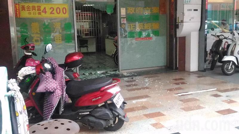 台南市南區一家當鋪遭人開槍示威。記者黃宣翰/攝影