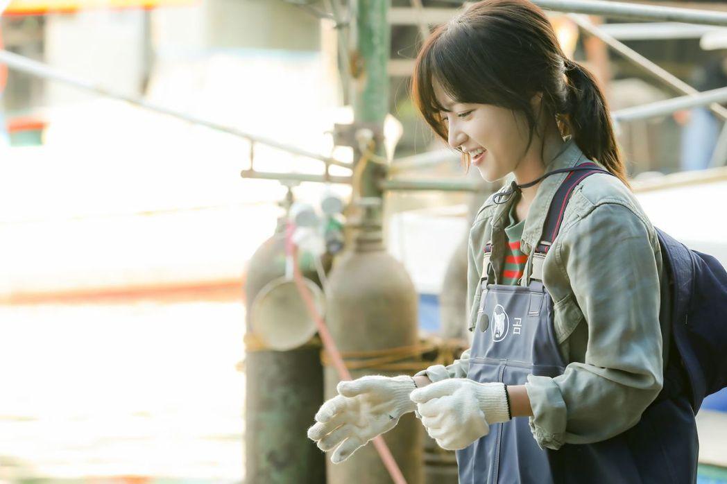 「馬成的喜悅」戲中,宋昰昀飾演女主角喜悅為了討生活,不得不演出生吞活魚的情節。圖...