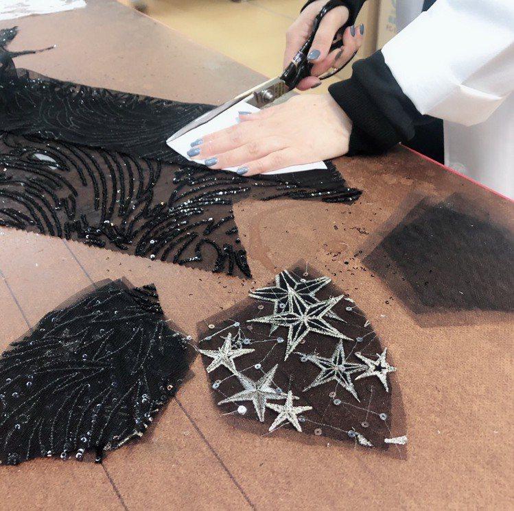 Jasmine Galleria手工蕾絲釘珠口罩採手工製作,需時大約7個工作天。...