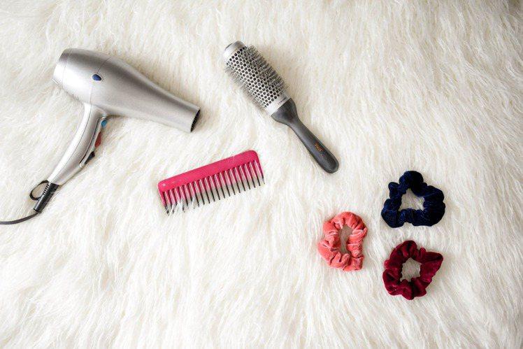 想要洗髮時不掉髮的秘訣,就是先將頭髮梳理後再洗頭。圖/摘自pexels
