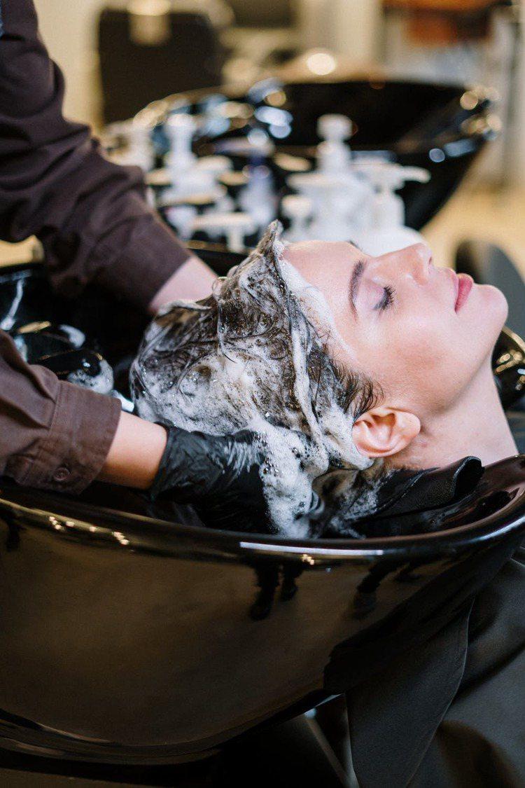 洗頭建議兩次都清潔頭皮,才能真正達到養護頭皮的效果。圖/摘自pexels