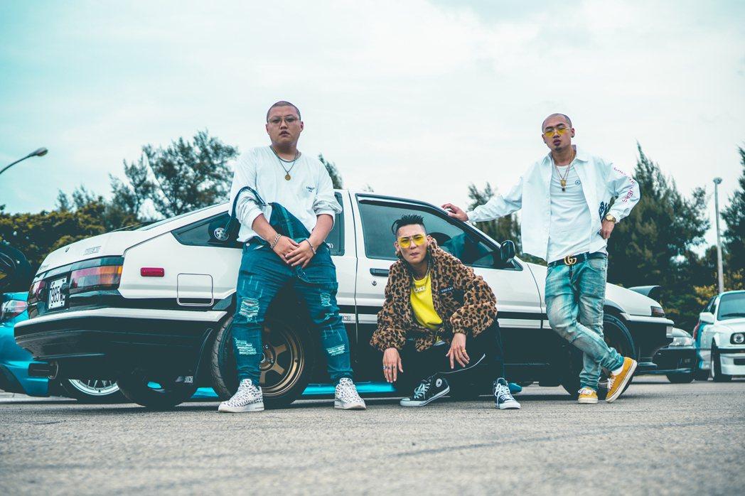 饒舌團體「臭屁嬰仔」成員歐吉虎(左起)、屁辰、立勝。圖/混血兒娛樂提供