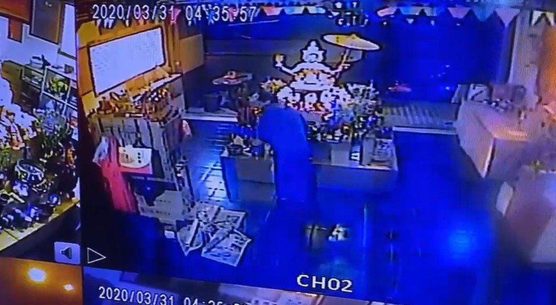 蔡姓嫌犯在佛前東翻西找,全部被監視器錄下。圖/廟方提供