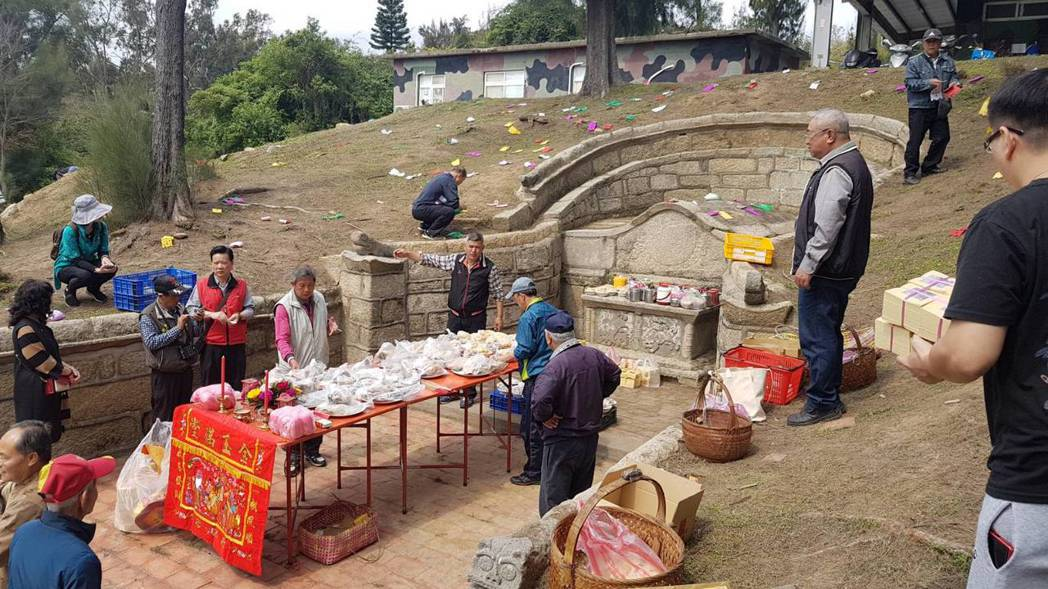 瓊林蔡氏家族到太武山管制區祭掃祖墳,今年受疫情影響,將首次縮小參與規模,只有輪值...