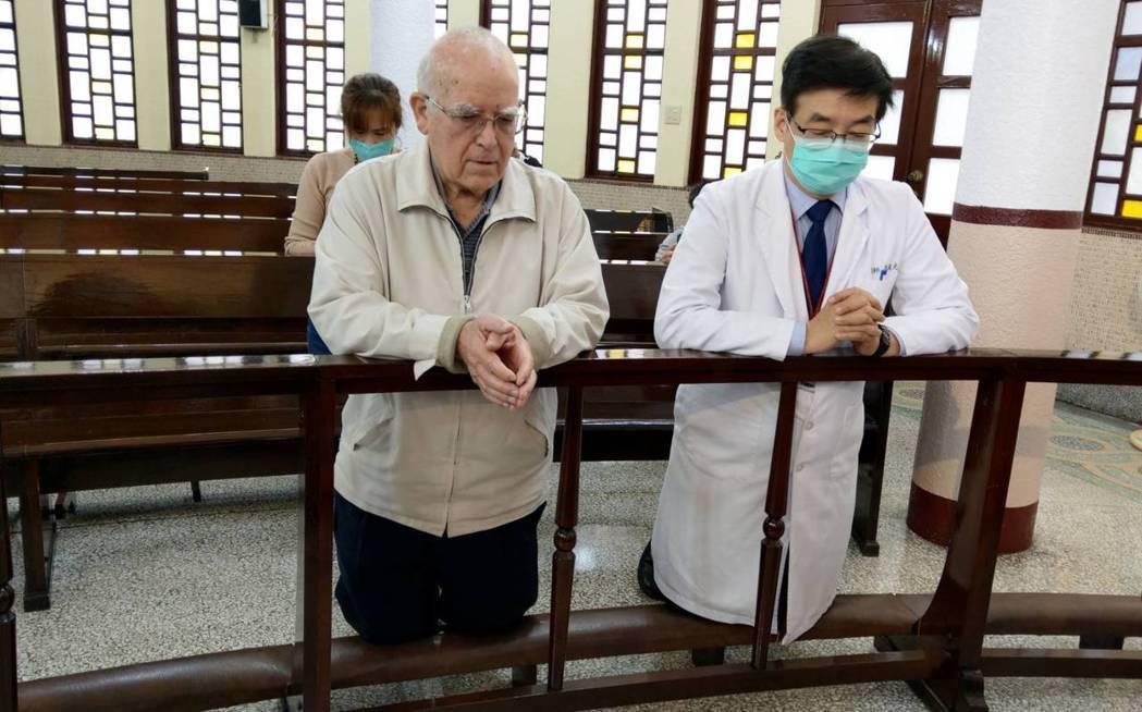 來台奉獻超過半世紀的天主教台灣靈醫會會長呂若瑟神父,含淚跪求天主保佑義大利,他也...