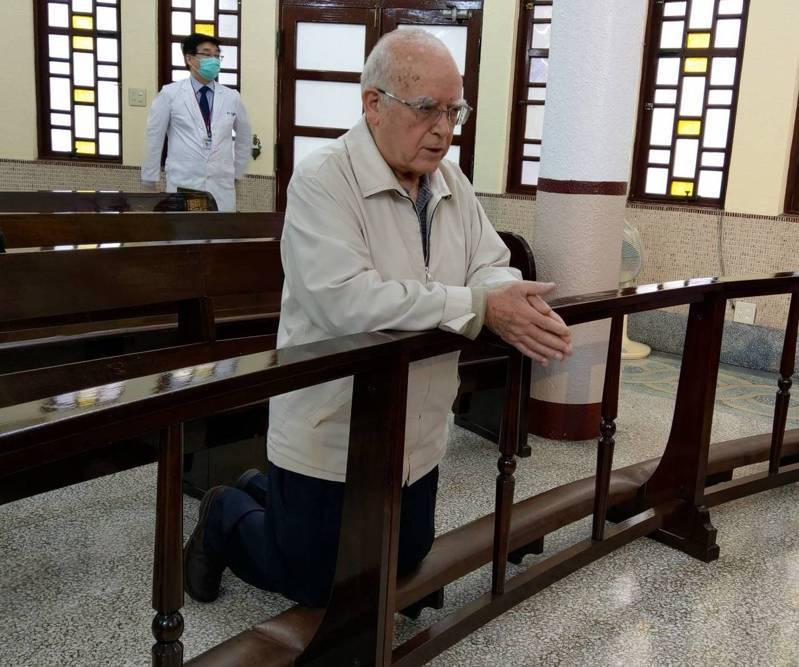 來台奉獻超過半世紀的天主教台灣靈醫會會長呂若瑟神父,含淚跪求天主保佑義大利,他也寫了一封求救信,請台灣人救救他的家鄉。聯合報系資料照/記者戴永華攝影