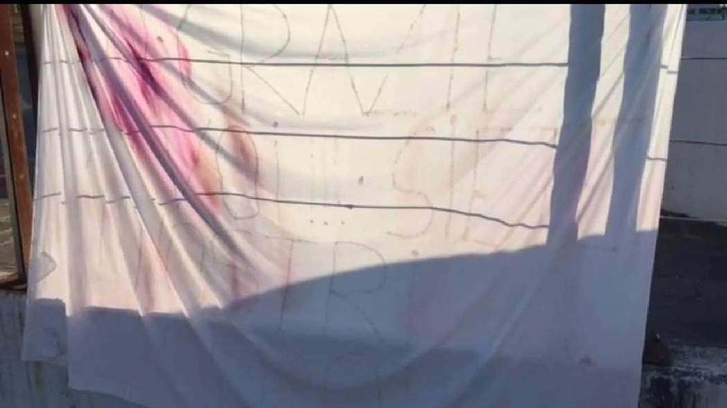 義大利某家醫院的外牆掛著布條感謝醫護人員,錄下影片的人哭著口述白布寫「你是我們的...