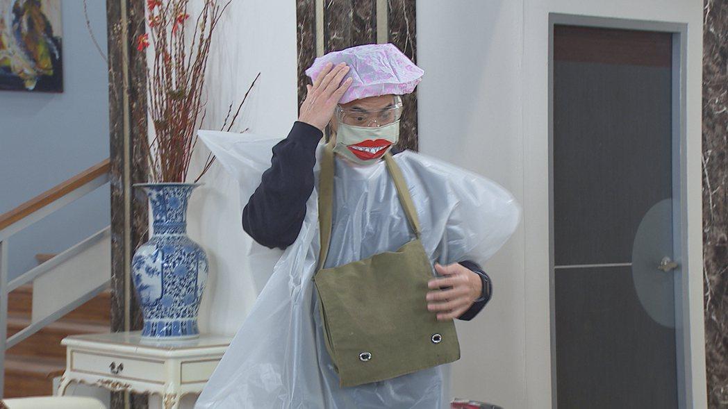 翁家明在「多情城市」飾演的「邱醫師」防疫裝備令人發噱。圖/民視提供